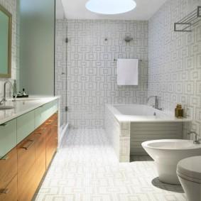 Встроенный светильник на потолке ванной