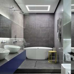 Небольшая ванная с низким подиумом