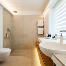 Рулонная штора на окне санузла в ванной