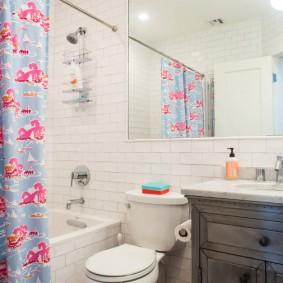 Пестрая занавеска в ванной комнате