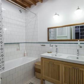 Доски на потолке ванной комнаты