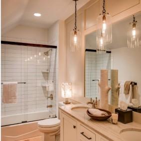 Винтажные светильники на цепях в ванной
