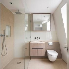 Квадратное зеркало в мансарде частного дома