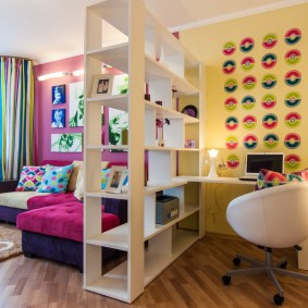 Детская зона в общей комнате квартиры