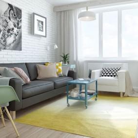 Желтый ковер в гостиной комнате