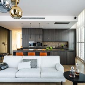 Темная мебель в кухне-гостиной