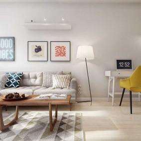 Желтый стул в белой комнате