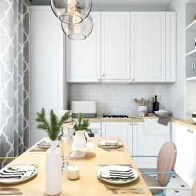 Обеденный стол в современной кухне