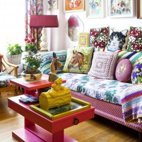 Яркий интерьер гостиной комнаты