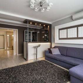 Угловой диван в гостиной с барной стойкой