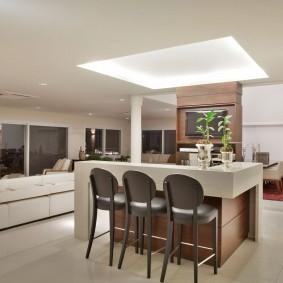 Дизайн гостиной с барной стойкой островного типа