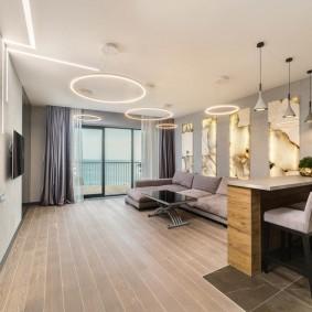 Современная гостиная с большим окном