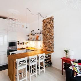 Декор спилами белой стены кухни гостиной