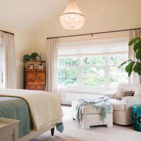 Пальма с широкими листьями в спальной комнате