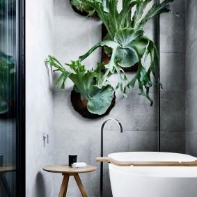 Серая плитка на стене ванной комнаты