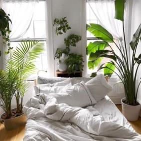 Теплое одеяло на кровати в спальне