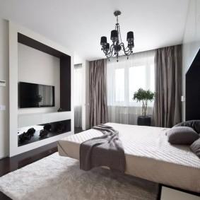 Спальная комната с широкой кроватью