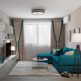 Бирюзовый диван в зале квартиры