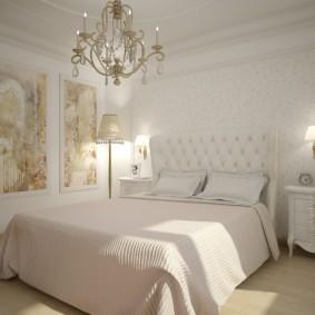Удобная кровать в спальне супругов
