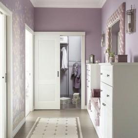 Сиреневые стены в коридоре с керамическим полом