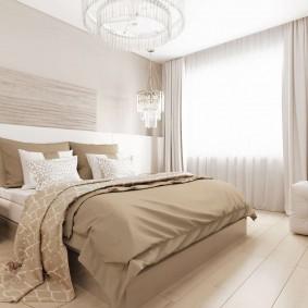 Широкие панели на полу в спальне