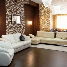 Коричневый пол в гостиной комнате