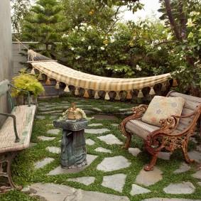 Старая скамейка во дворе дачного участка