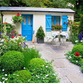 Дачный домик с голубыми ставнями