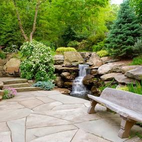 Садовый водопад из природных камней