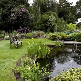 Искусственный пруд в саду пейзажного стиля