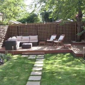 Деревянное ограждение зоны отдыха в саду