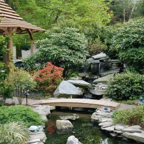 Ручей в саду камней восточного стиля