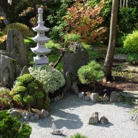 Небольшой сад камней в японском стиле