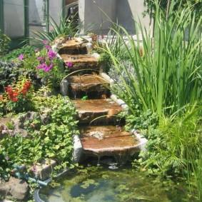 Искусственный ручей с каменными ступенями