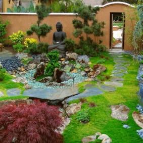 Статуя Будды в саду восточного стиля