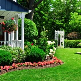 Английский газон в ландшафте сада