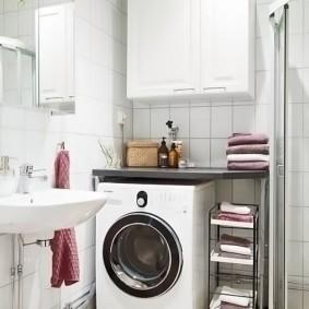 Выдвижная полочка для хранения полотенец в ванной
