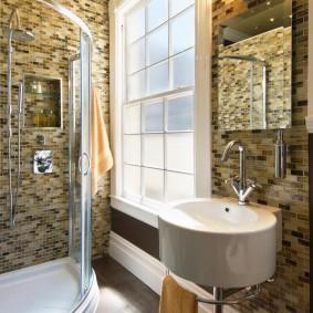 Мозаичная плитка в ванной комнате с окном