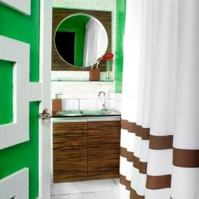 Коричневые полоски на шторке в ванной