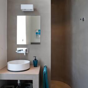 Душ в отдельной нише ванной комнаты