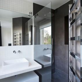Стеклянная перегородка между раковиной и душем