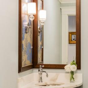 Вытянутое зеркало в деревянной оправе