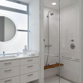 Удобная полочка на стене душа в ванной
