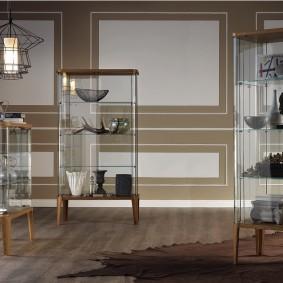 Узкие витрины с боковыми стенками из стекла на деревянном основании