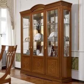 Деревянная мебель для хранения посуды в гостиной