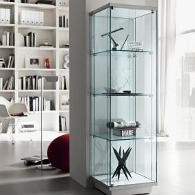Стеклянная витрина с декоративными штучками