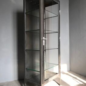 Узкий шкаф с прозрачными стенками для индустриального стиля