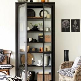 Шкаф с открытыми дверцами на деревянном каркасе
