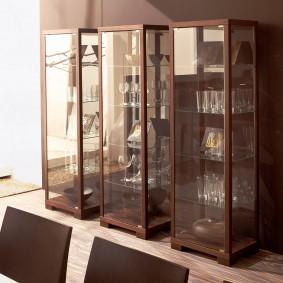 Стеклянные полки в узких шкафах