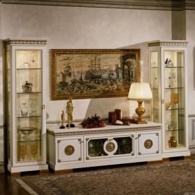 Светлая мебель для хрустальной посуды
